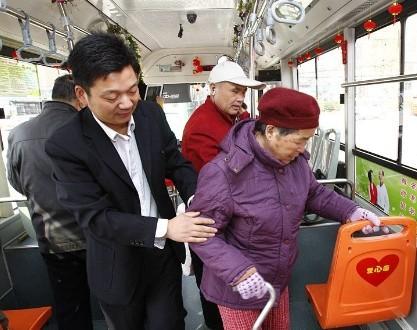 公交车上是否该让座_到底该谁让座图
