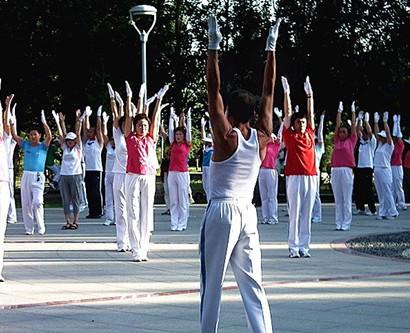 佳木斯快乐舞步健身操是一种徒手体操.通常借助于广播、...